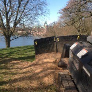 Fræsning af rødder Frederiksborg slotspark med stor bandit rodfræser
